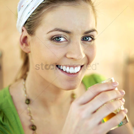 Food : Woman holding a glass of tea