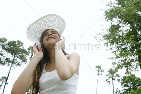 Park Outdoor : Woman holding on to her hat