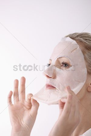 Spa : Woman peeling off her facial mask
