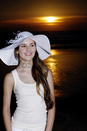 Romantic : Woman with hat smiling at the camera