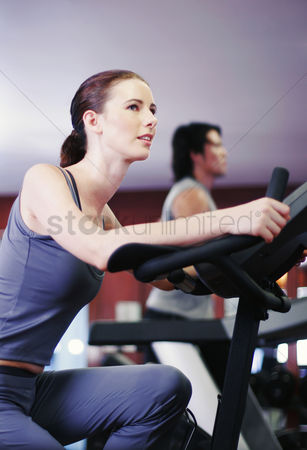 Workout : A lady and her boyfriend exercising in a gymnasium