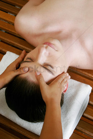 Satisfying : A pair of hands massaging the head of a man