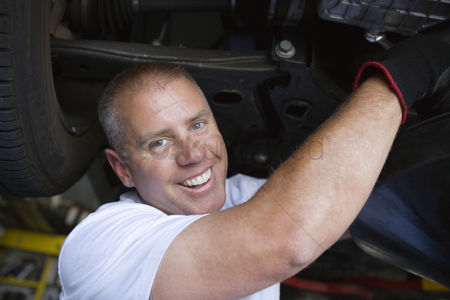 Fixing : Auto mechanic working on car