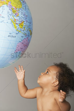 Curly hair : Baby looking at globe