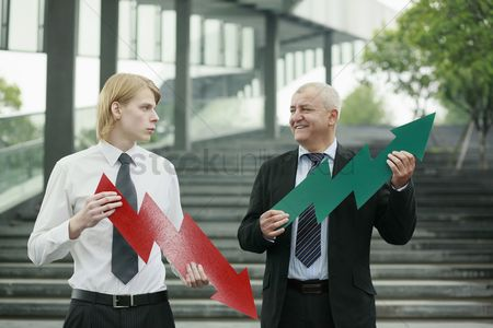Loss : Businessmen with arrow signs