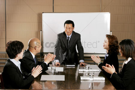 Leadership : Colleagues clapping hands for a good presentation
