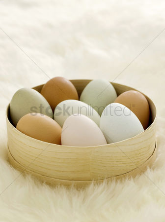 Easter : Coloured eggs in bowls