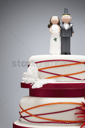 Funny : Comical bride and groom figurines on top of wedding cake