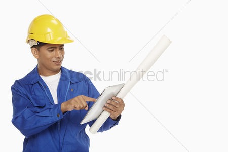 Portability : Construction worker using a digital tablet