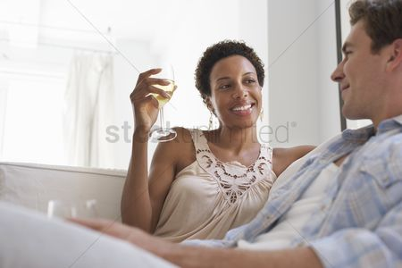 Day off : Couple drinking wine on sofa