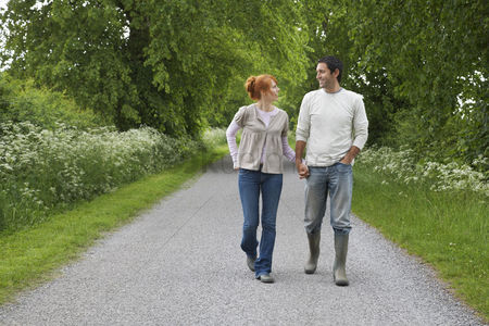 Pocket : Couple holding hands walking on country lane