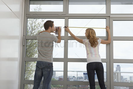 Notepad : Couple measuring apartment window