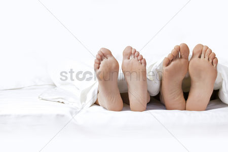 Resting : Couple s feet on the bed