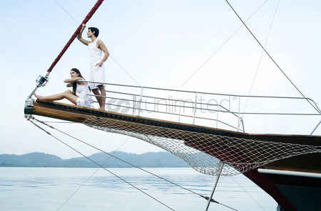 Relaxing : Couple sailing on yacht