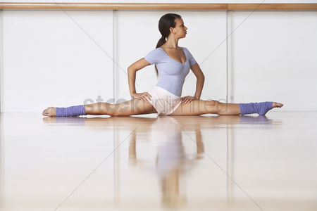 Fitness : Dancer stretching on floor
