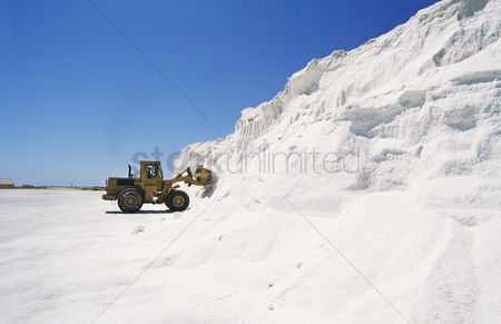 Truck : Digger truck advancing into wall of snow