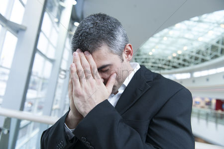 Loss : Disappointed businessman with head in hands