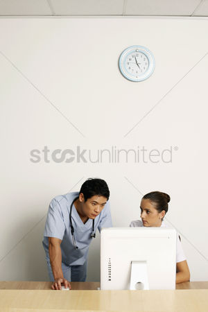Medical personnel : Doctor and nurse using computer