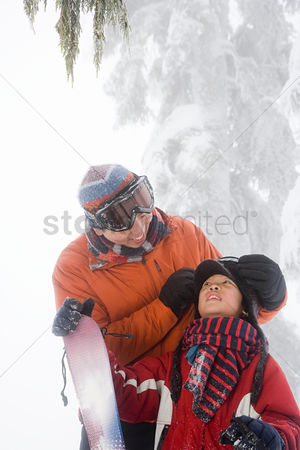 Advice : Father and son preparing for skiing