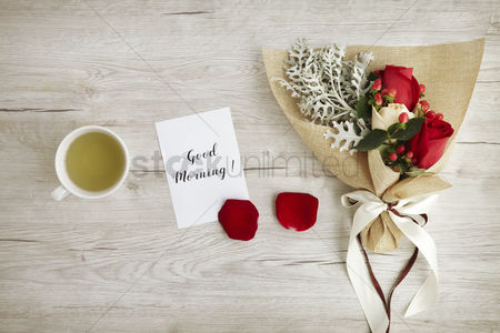 Floral : Flat of wooden background with bouquet of roses