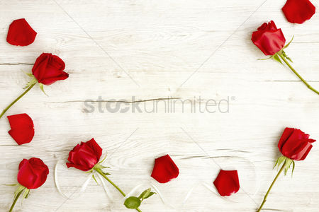 Flat : Flatlay of wooden background and roses