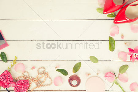 Flat : Flatlay with petals and leaves