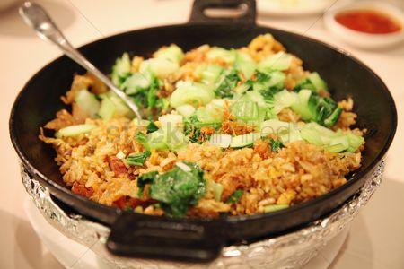 Ready to eat : Fried rice with vegetables on top