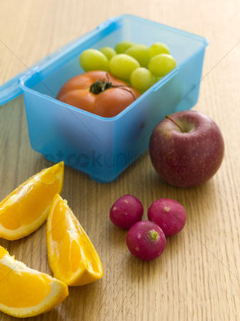 Food  beverage : Fruits in a lunch box