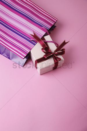 Shopping : Gift box and a shopping bag