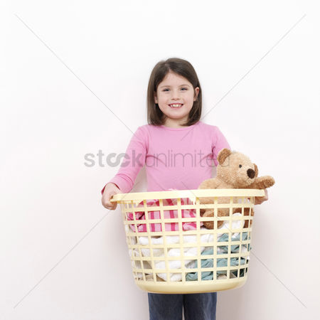 Kid : Girl carrying a laundry basket of clothes