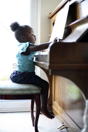 Children playing : Girl playing piano