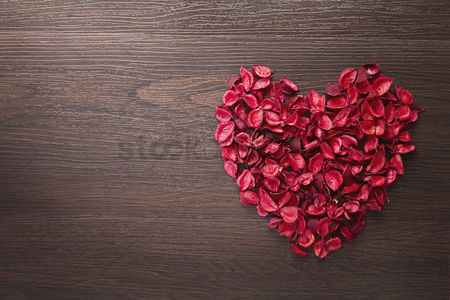 Flat : Heart shaped dried flowers concept