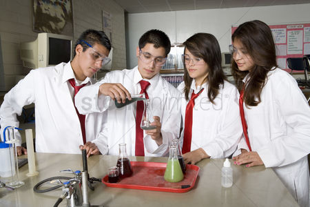 High school : High school students conducting science experiment