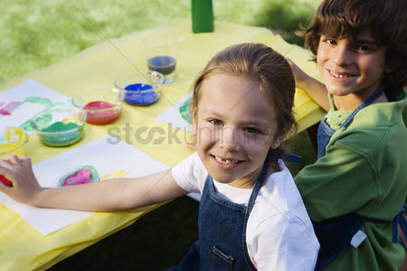 Friends : Kids painting outside