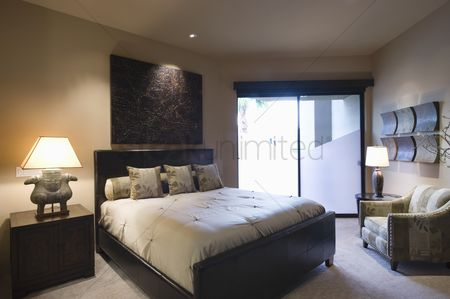 Decor : Lit bedroom of palm springs home