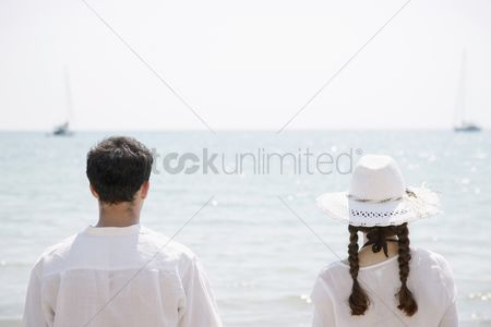 Girlfriend : Man and woman enjoying the sea view from the beach