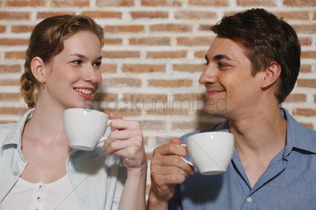 Girlfriend : Man and woman with their cups of coffee