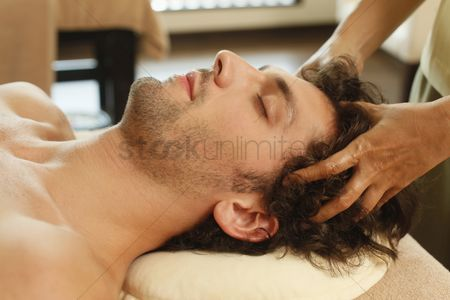Body : Massage therapist massaging man s head