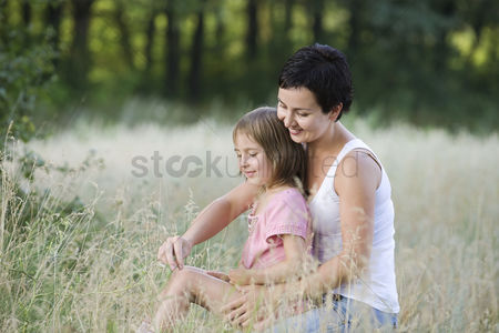 Closeness : Mother and daughter in a field