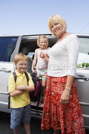 Women group outside : Mother driving children to school