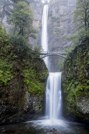 Outdoor : Multnomah falls in autumn