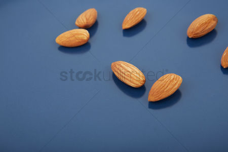 Almond : Scattered almonds