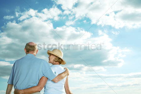 Relationship : Senior couple enjoying a beautiful day
