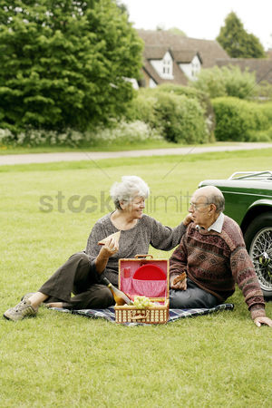 Green grapes : Senior couple picnicking in the park