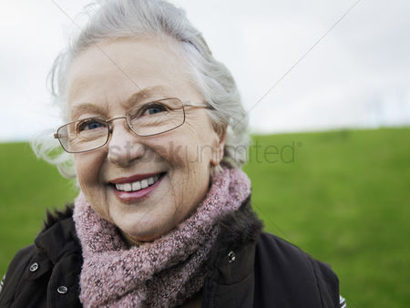 Women : Senior woman outdoors  portrait