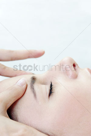 Satisfying : Side view of hands massaging a lady s forehead