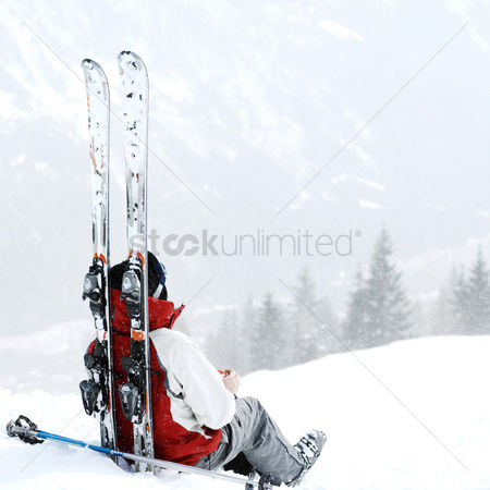 Sports : Skier sitting alone