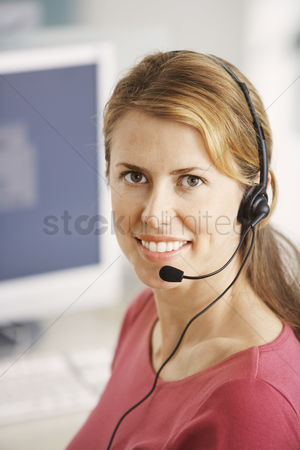 Gaze : Smiling customer service representative