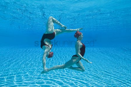 Swimmer : Synchronised swimmers balance underwater