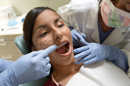 Expertise : Teenage girl  13-16  at dentists  close-up